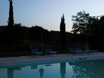 Szállás medencéje esti fényekben